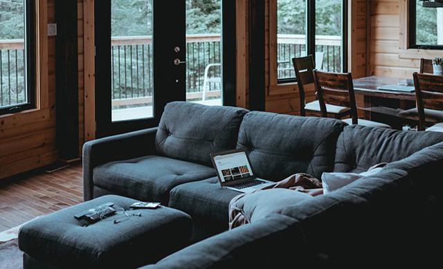 graues Sofa im Energiesparhaus