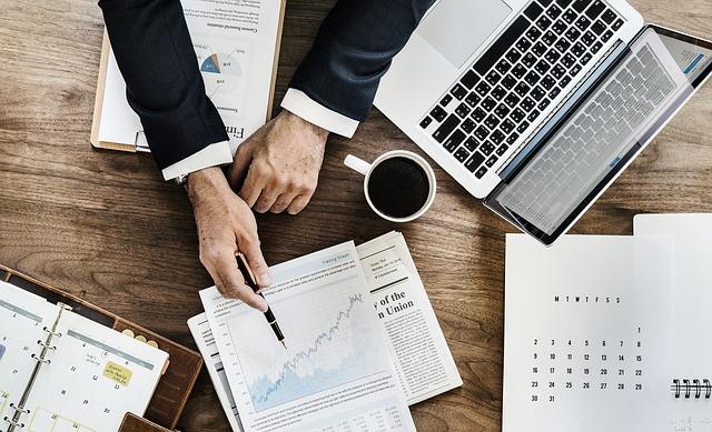 energetisches Büro mit Laptop und Notizen